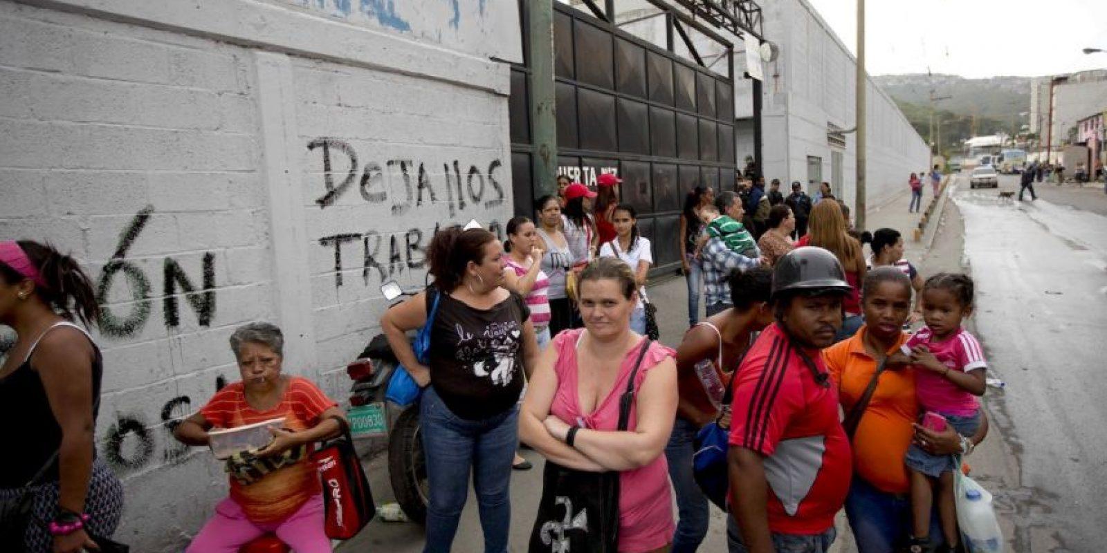 Las largas colas para comprar alimentos y productos de primera necesidad en Venezuela están empezando a ocasionar caos. Foto:AP