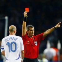 Su última gran postal fue la expulsión que sufrió en la final de Alemania 2006, tras propinarle un cabezazo a Marco Materazzi de Italia, quien se quedó con el ansiado trofeo. Foto:Getty Images