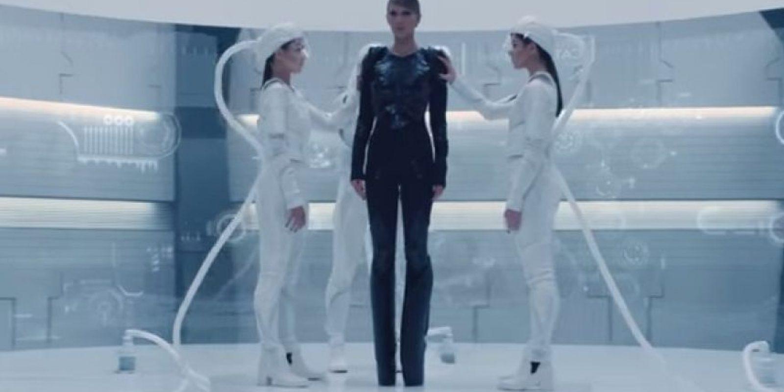 """""""No entiendo cómo es que un video donde hay armas es buen ejemplo"""", dijo Miley, refiriéndose al video """"Bad Blood"""" Foto:YouTube/TaylorSwiftVEVO"""