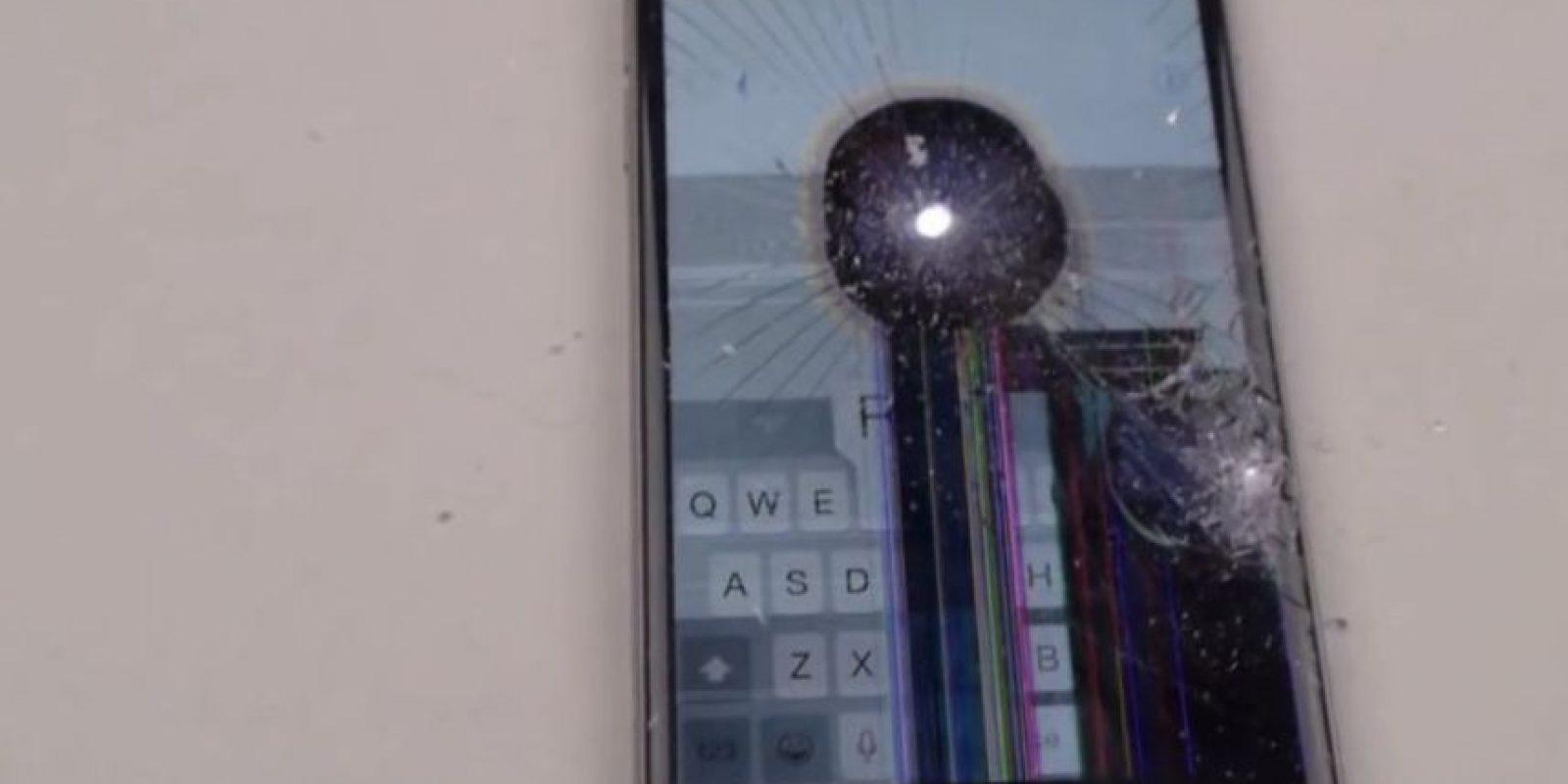 La pantalla no resistió la fuerza del taladro. Foto:FullMag