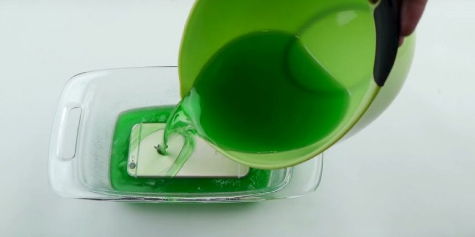 El iPhone fue cubierto con gelatina. Foto:TechRax