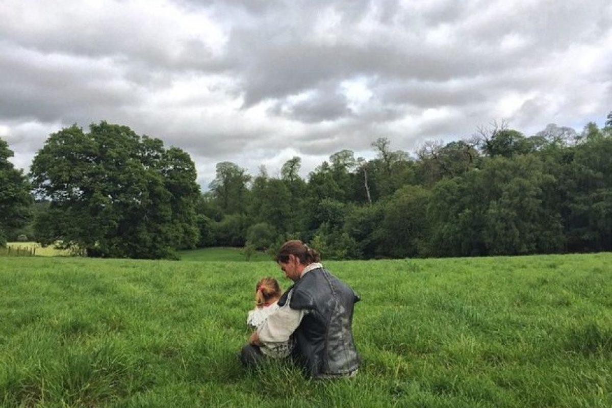 Hemsworth siempre tiene tiempo para disfrutar a sus hijos, incluso en pleno rodaje. Foto:vía instagram.com/elsapatakyconfidential/