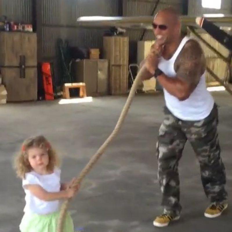 Luego con esta pequeña de dos años, a la que hizo creer que movió un avión por si sola. Foto:vía instagram.com/therock