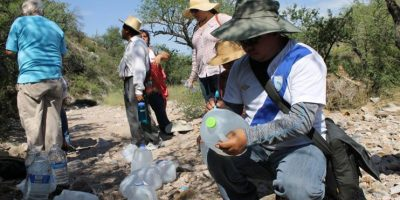 Funcionarios consulares de Guatemala recorren el desierto de Arizona