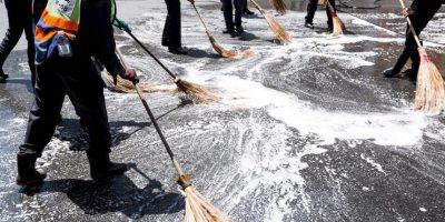 Las labores de limpieza del sitio, en donde según testigos, había restos humanos y sangre por todas partes Foto:Getty Images