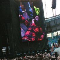 En junio pasado, Dave Grohl, líder de la banda Foo Fighters, se cayó durante su presentación en el estadio Ullevi, en Suecia. Foto:vía twitter