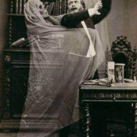 Robert Tocquet, catedrático de la Escuela de Antropología de París, decía que los fantasmas sí podían ser fotografiados, aunque también afirmaba que la efubliografía era un fraude. Y un ejemplo de ello es la siguiente fotografía. Foto:Vía magisquam