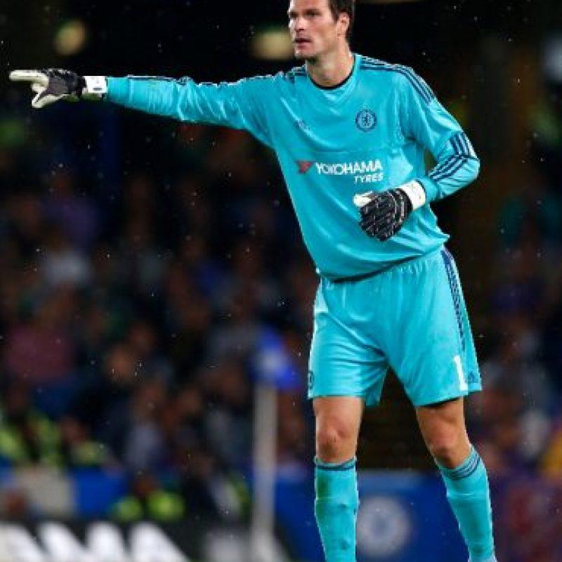 El portero bosnio llega a Chelsea por la baja de Petr Cech, aunque el titular es Thibaut Courtois. Foto:Getty Images
