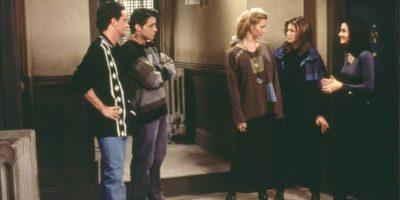 """En el último episodio, """"Phoebe"""" vería a """"Ross"""", """"Chandler"""", """"Mónica"""", """"Joey"""" y """"Rachel"""" alejarse mientras se refieren a ella como """"la loca que todos los día se nos queda viendo"""". Foto:vía facebook.com/friends.tv"""