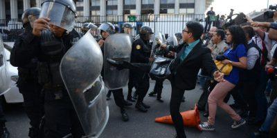 VIDEO. Audiencia de Baldetti termina en trifulca entre periodistas y agentes de la PNC