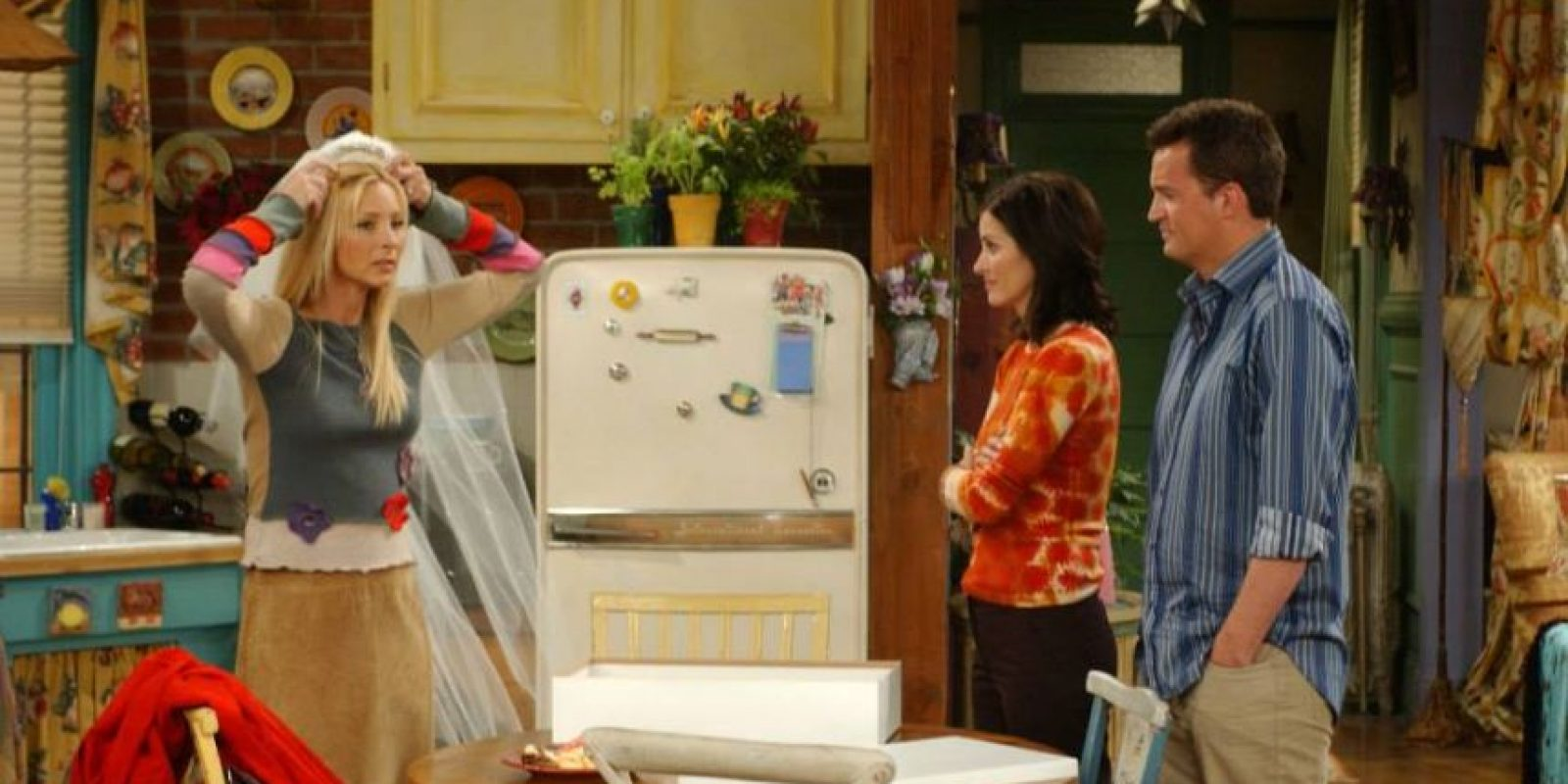 """En un momento de este final alternativo, """"Phoebe"""" se encuentra con su reflejo mientras pasa por la ventana de la tienda de muebles """"Ursula"""". Foto:vía facebook.com/friends.tv"""