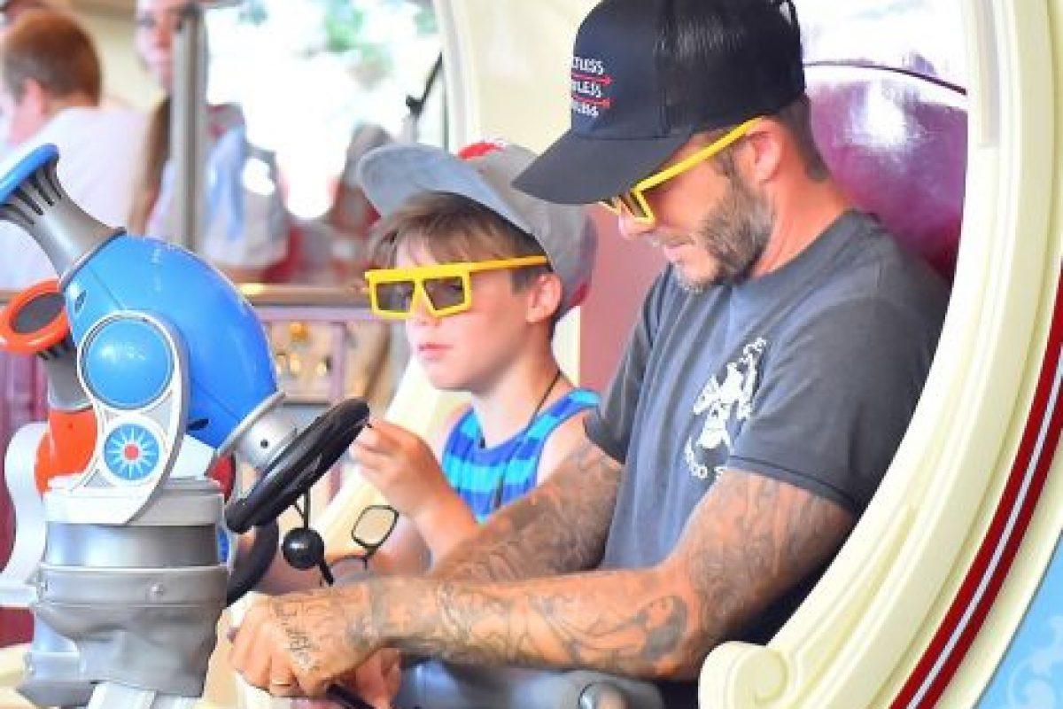 Cruz y Romeo se subieron a los juegos con su padre. Foto:The Grosby Group