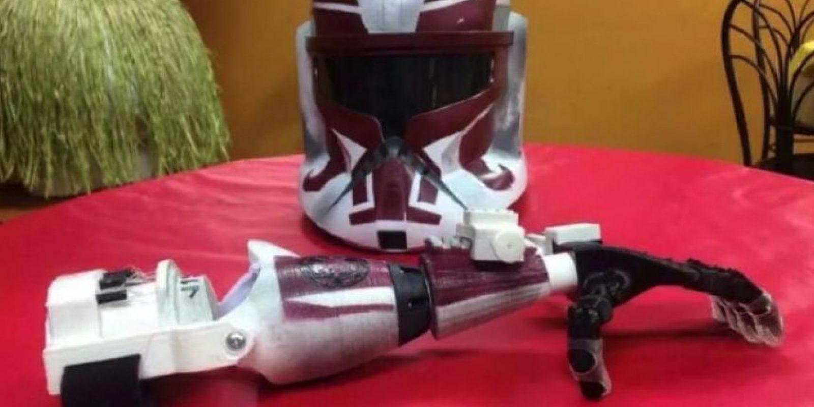 La misma empresa también regaló un brazo y un casco de Stormstropper Foto:Facebook/E-Nable