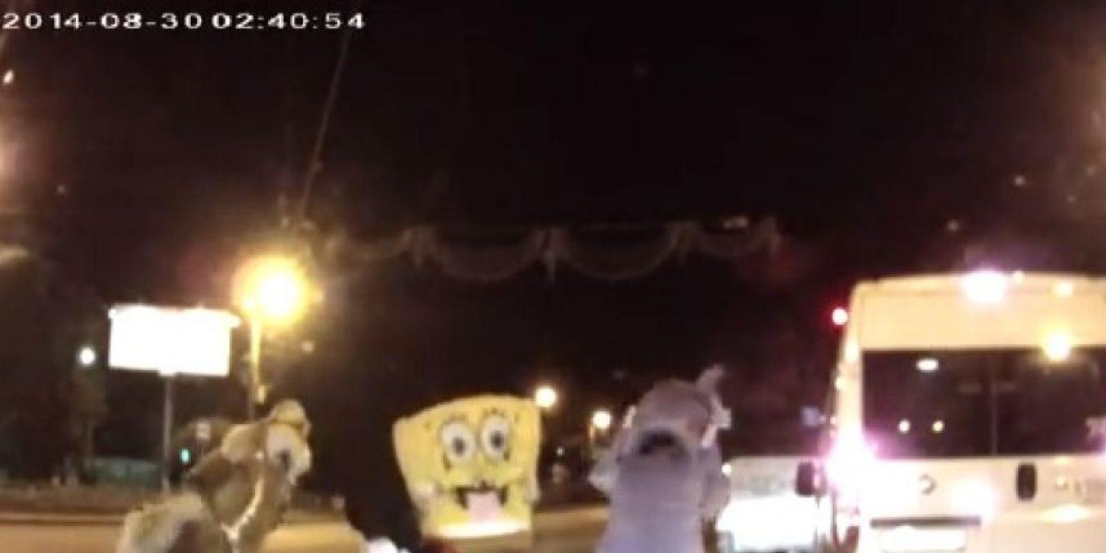 """""""Mickey Mouse, Bob Esponja y sus amigos contra un automovilista"""" Foto:You Tube – Archivo"""