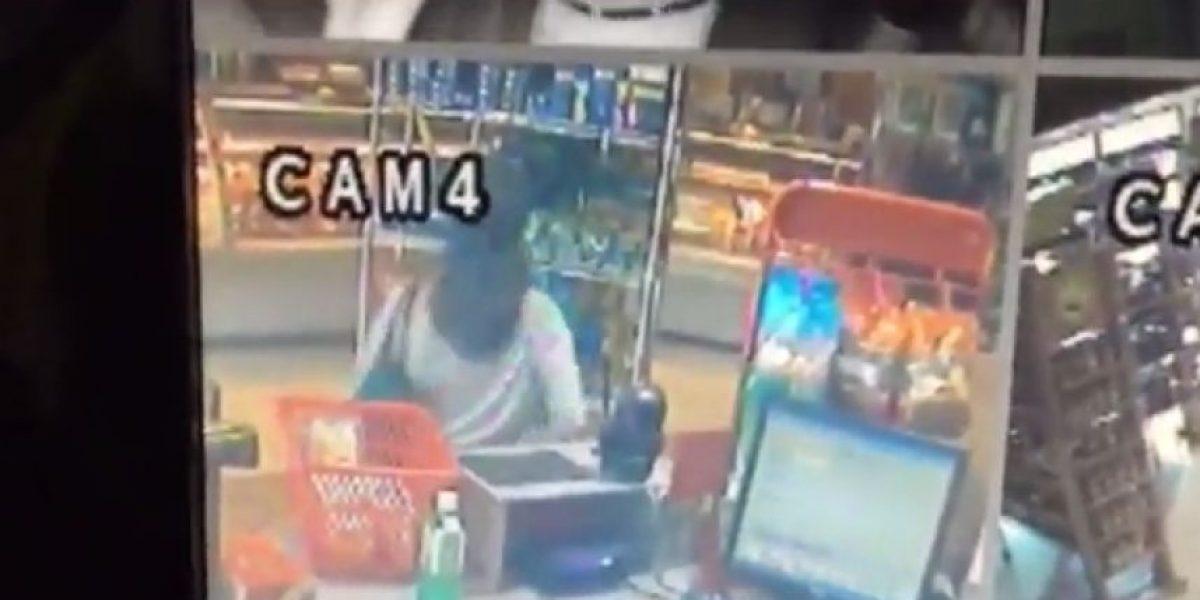 VIDEO. Cámaras registran a una mujer robando en una tienda en zona 14