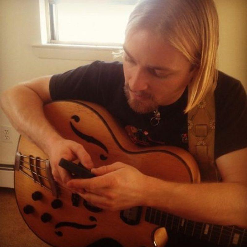 Él es músico y enseña a tocar la guitarra. Foto:Vía Instagram/#Profeguapo