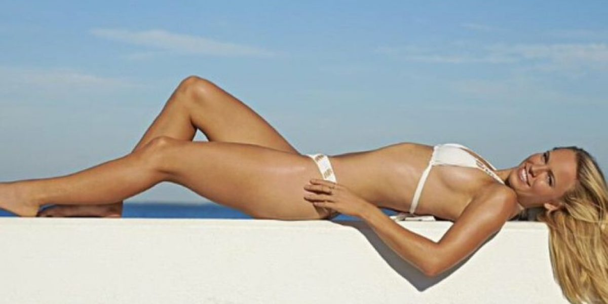 La tenista Caroline Wozniacki seduce con pose en traje de baño