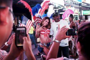 """Las autoridades no solo quieren controlar a las """"desnudas"""", también a las personas disfrazadas que piden """"cooperaciones"""" de los turistas. Foto:Getty Images"""
