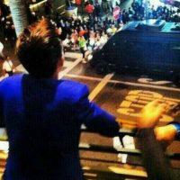 """Mientras Drake presentaba su material discográfico (""""Ready Steady Go!""""), una camioneta negra con Justin Bieber dentro acaparó toda la atención de las fans. Foto:vía twitter.com"""