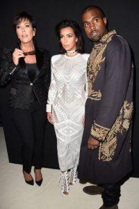 La madre de Kim Kardashian y su esposo protagonizaron un divertido momento en el Instagram de Khloe Kardashian. Foto:Getty Images