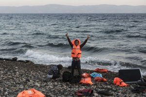 Refigiado sirio celebra haber llegado a Grecia. Foto:AFP
