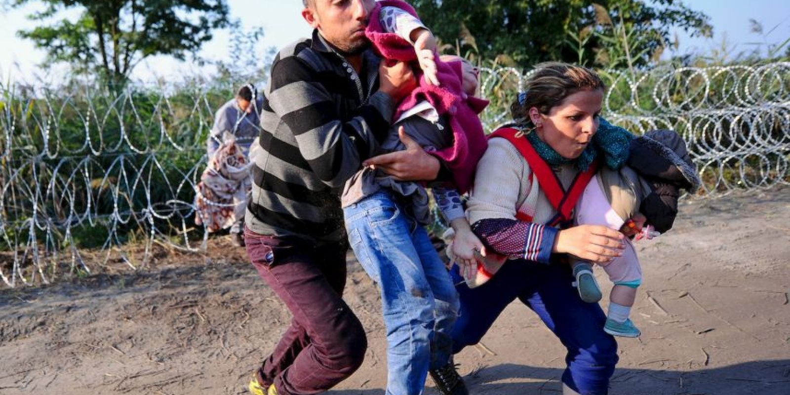 Migrantes corren en la frontera de Hungría y Serbia. Foto:AFP