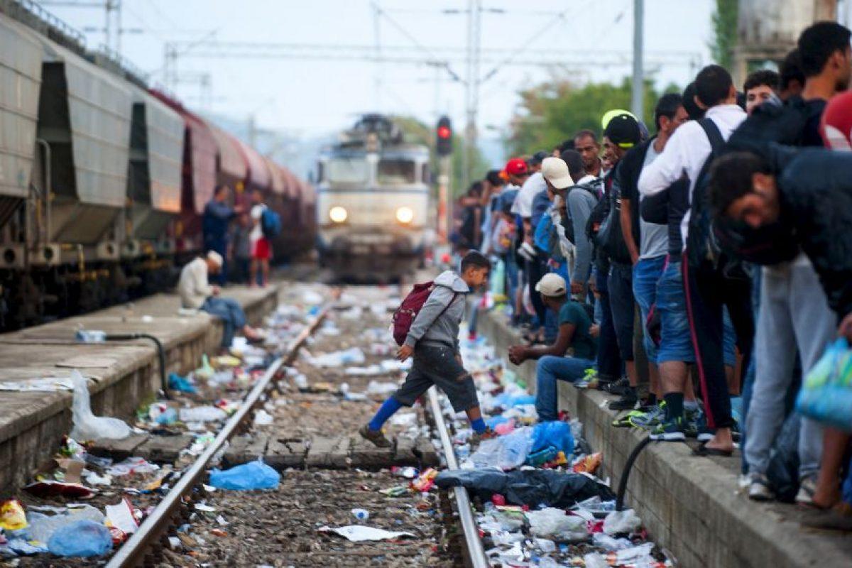 Migrantes en estación del tren en Macedonia. Foto:AFP