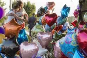 Ciudadanos rinden homenaje a los dos periodistas asesinados esta semana en un centro comercial de Virginia, Estados Unidos. Foto:AFP