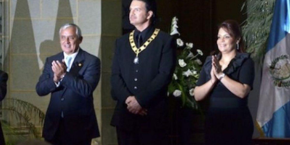 Arjona le devuelve al gobierno de Otto Pérez la Orden del Quetzal