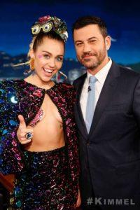 Durante su entrevista, lució un atuendo que incomodó a Kimmel. Foto:vía facebook.com/JimmyKimmelLive
