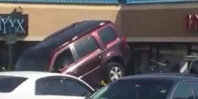 Video: Hombre hace todo lo posible para que la grúa no se lleve su camioneta