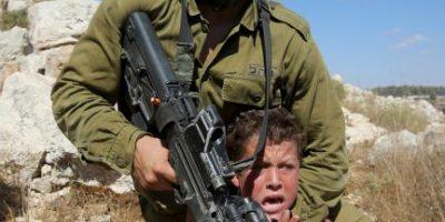Conozca la historia detrás de esta foto viral: un niño es detenido por un militar