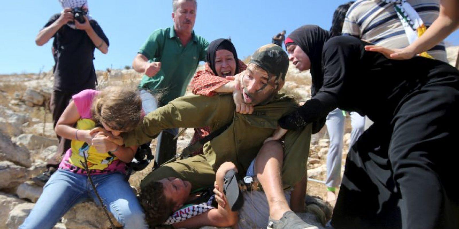 Las tres mujeres lucharon contra el soldado Foto:AFP
