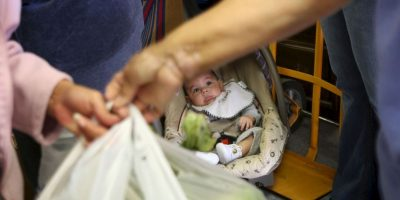 2. A pesar de estar en el vehículo, los menores tampoco deben ser desatendidos. Foto:Getty Images