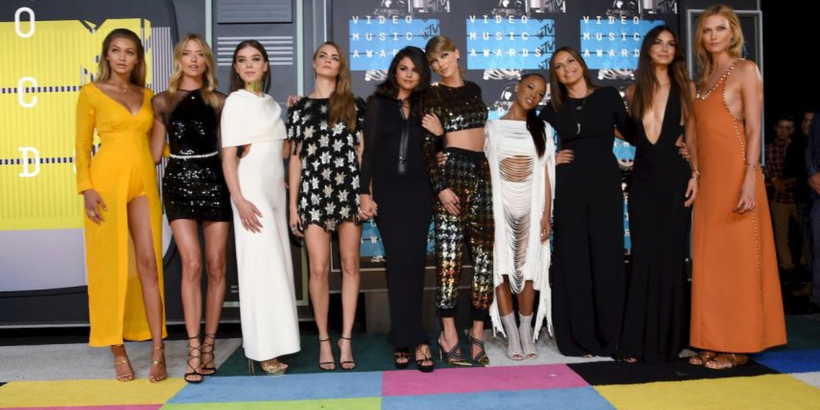 Taylor llegó a la alfombra roja con su séquito de amigas, que incluye a muchas modelos de Victoria's Secrets y a su mejor amiga, Selena Gómez Foto:Getty Images