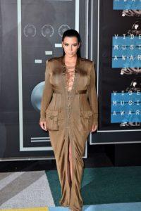 Kim Kardashian, a diferencia del resto de la Humanidad, puede mandar a ensanchar un vestido. Foto:vía Getty Images