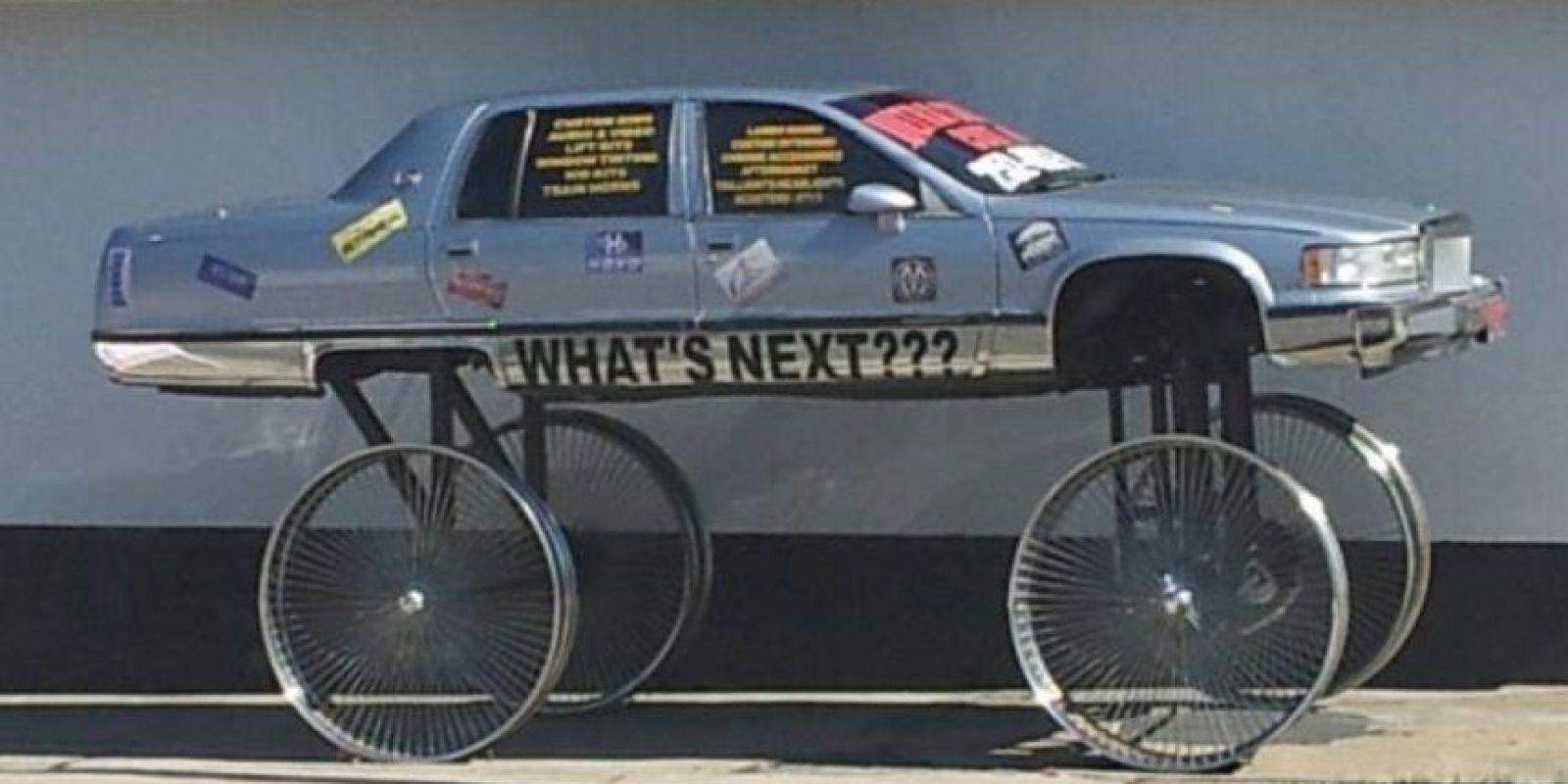 Aunque la mecánica haya evolucionado y quizás el negocio de reparación de autos y restauración sea algo popular… la gente sigue haciendo esto. Foto:vía Stupidcars.com
