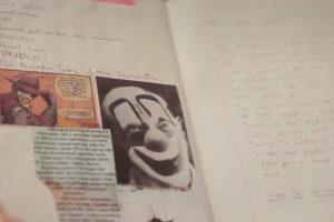 También fotografías de payasos, hienas y diversos dibujos de arlequines en barajas inglesas. Foto:vía YouTube