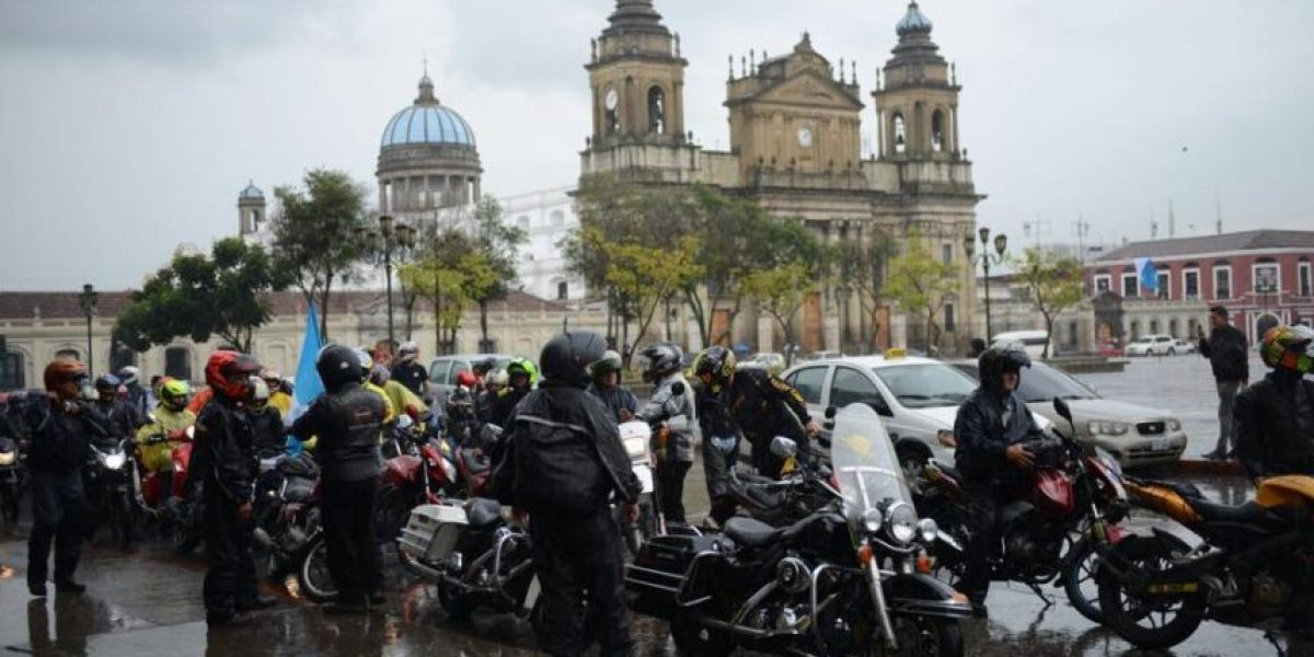 ¡Guatemala no para! Peculiar protesta frente al Palacio Nacional