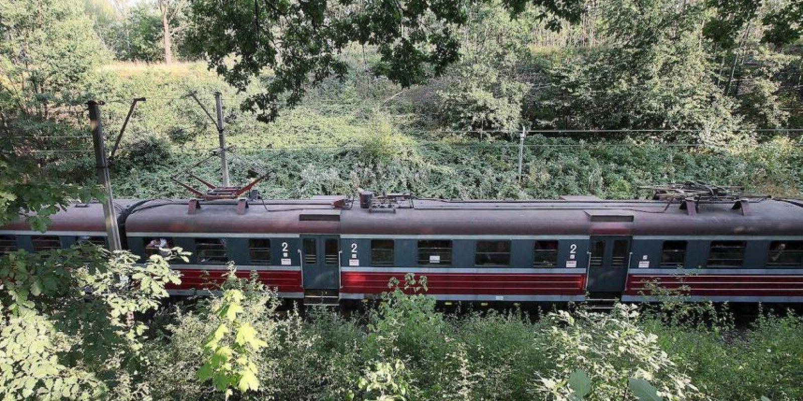 Un tren pasa cerca de la zona donde supuestamente estaría oculto el convoy nazi. Foto:AP