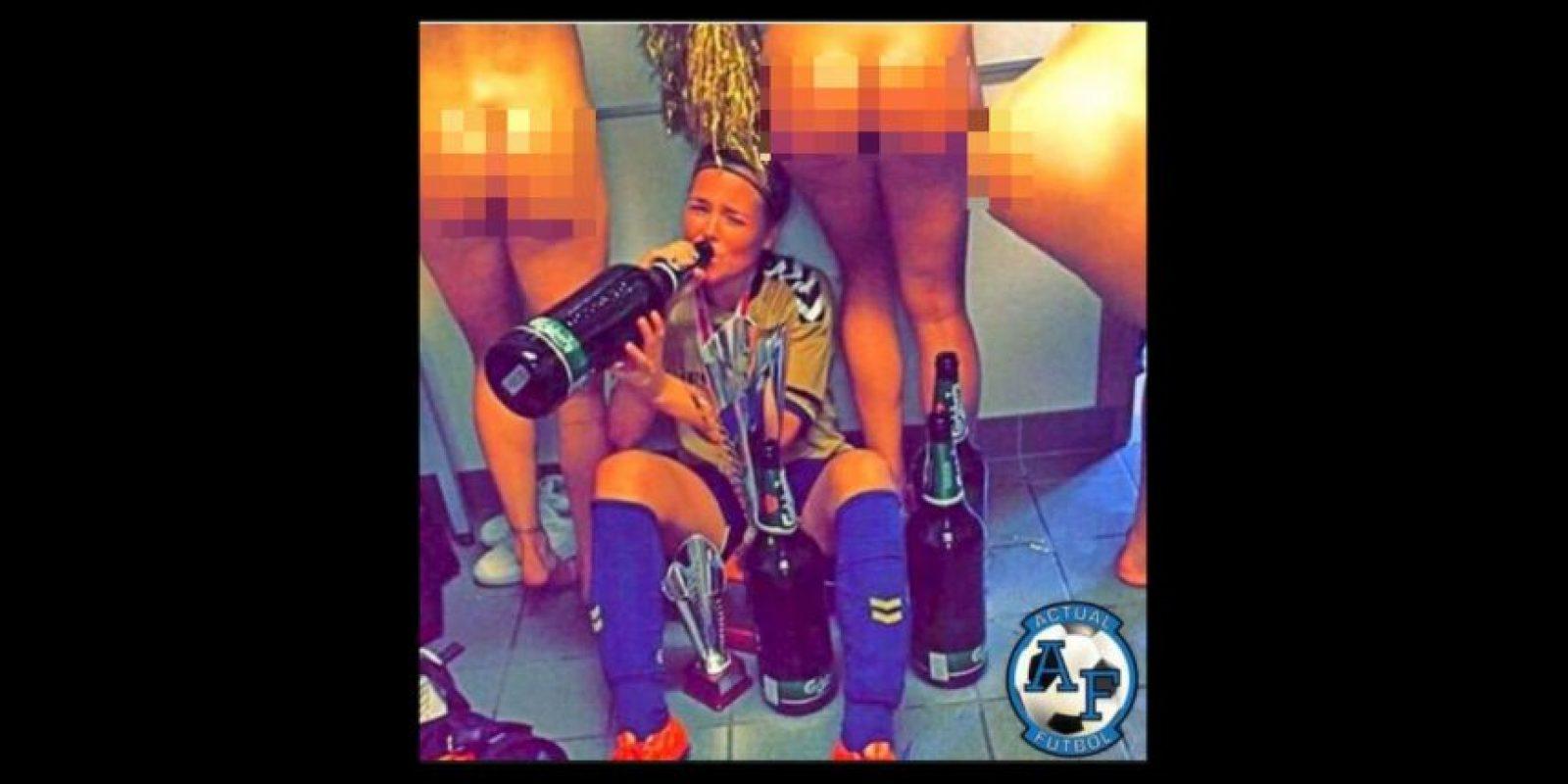 Theresa Nielsen, futbolista danesa del Brondby posteó esta imagen de la celebración por ganar la Liga y Copa, que después borró Foto:Twitter