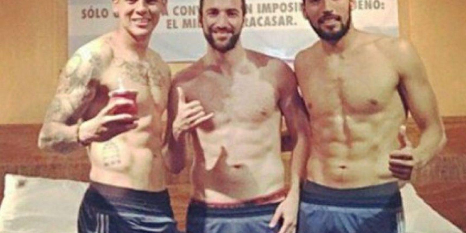La foto de los argentinos Marcos Rojo, Gonzalo Higuaín y Ezequiel Garay fue borrada porque generó muchos comentarios en las redes sociales, debido a la erección de Rojo Foto:Twitter