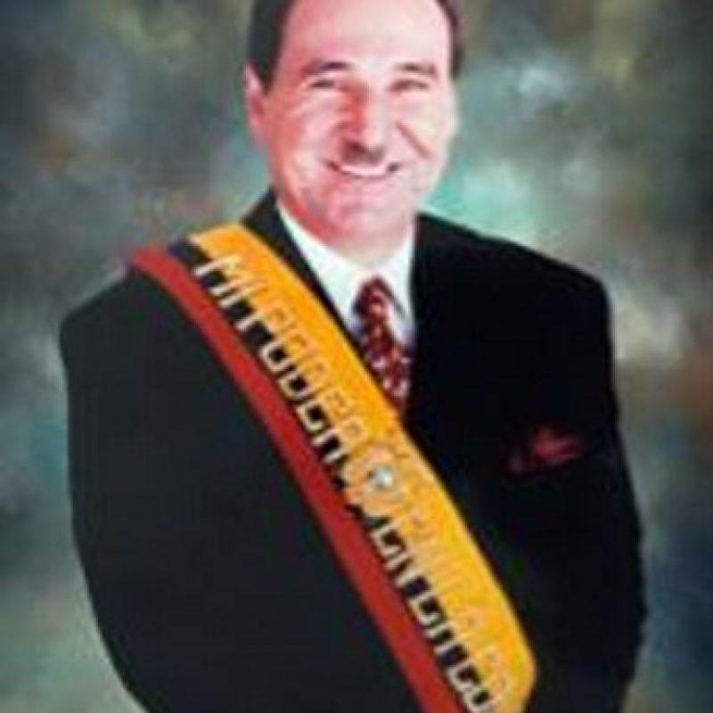 El 6 de febrero de 1997 fue destituido por el Congreso Nacional de su país que alegó incapacidad mental. Foto:Wikimedia.org