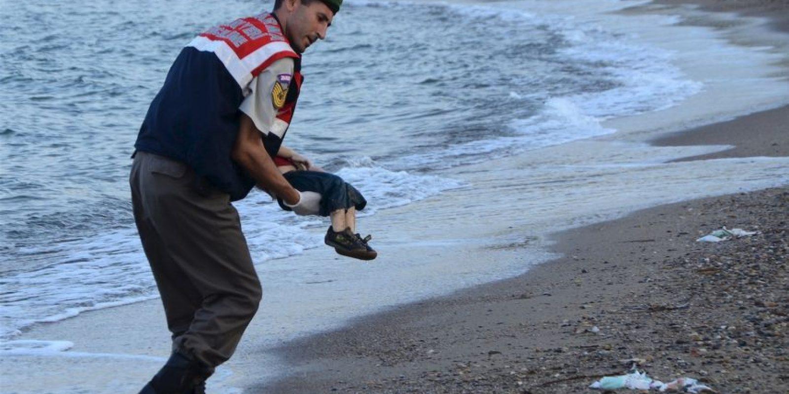 """""""La vergüenza de Europa"""", así titularon a esta fotografía. Foto:AFP"""