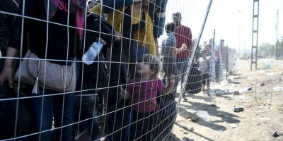 Inmigrantes esperan para poder pasar a Grecia desde Macedonia. Foto:AP