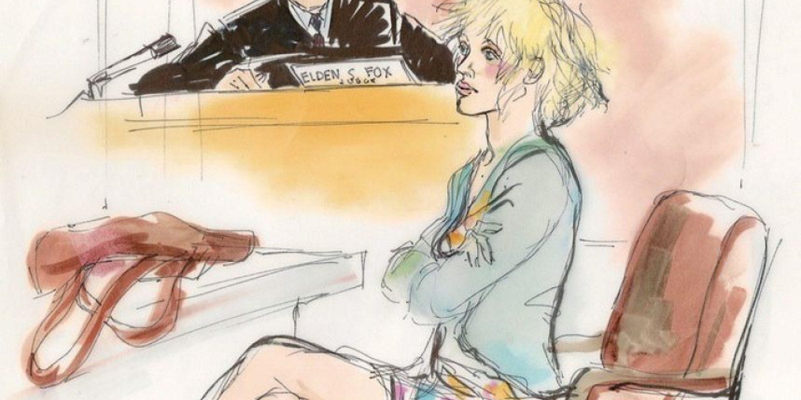 Quien fuera esposa de Kurt Cobain visitó la Corte en 2004 acusada de conducta conflictiva y posesión de drogas Foto:Dibujado por Mona Edwards