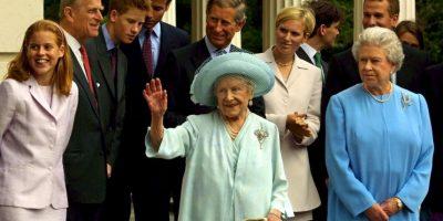 Aquí aparece la familia real, la reina Isabel II (der) y su mamá (centro). Foto:Getty Images