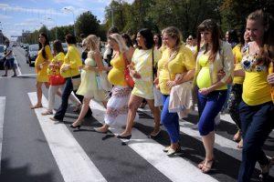 Mujeres embarazadas cruzan la calle en Bielorrusia. Foto:AFP