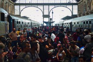 Migrantes en la estación del tren de Budapest, Hungría. Foto:AFP