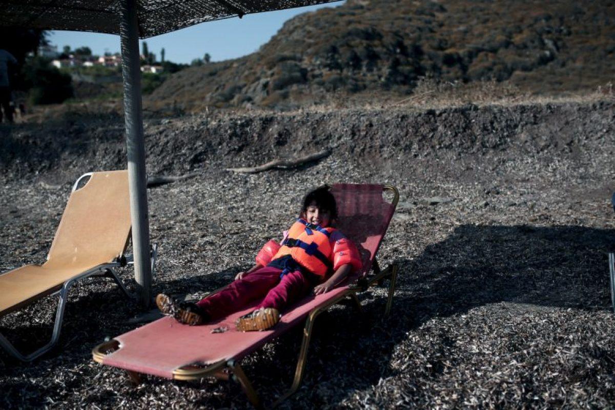 Niño sirio descansa al llegar a Grecia. Foto:AFP